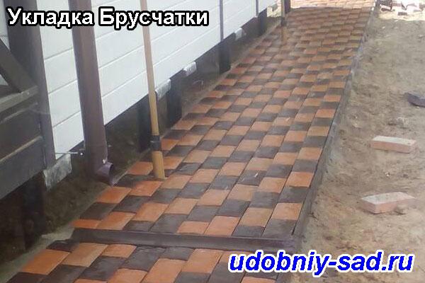 Пример отмостки вокруг дома с укладкой тротуарной плитки в Московской области