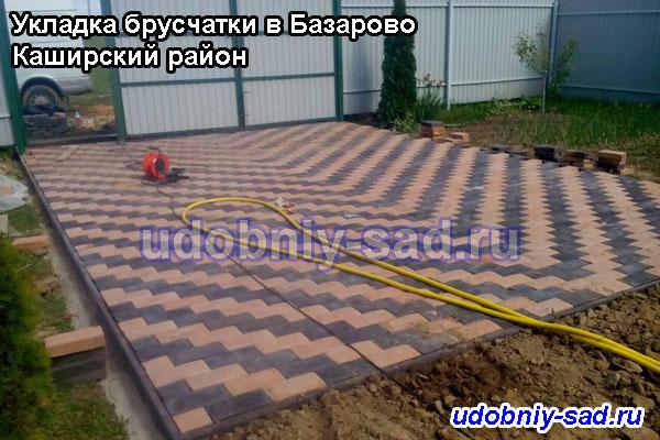 Стоянка для автомобилей мощённая двухцветной брусчаткой на даче (село Базарово Каширского района Московской области)