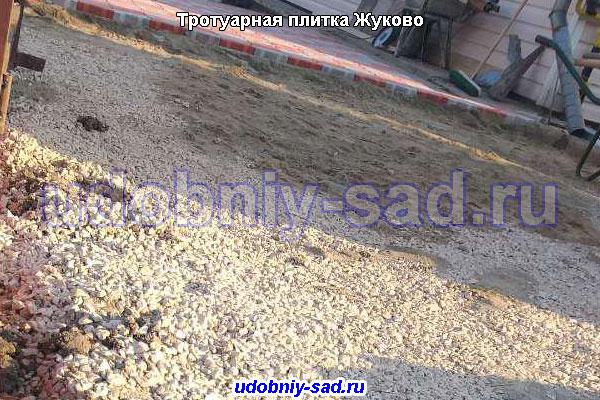 Подготовительные работы перед укладкой тротуарной плитки: щебень и песок
