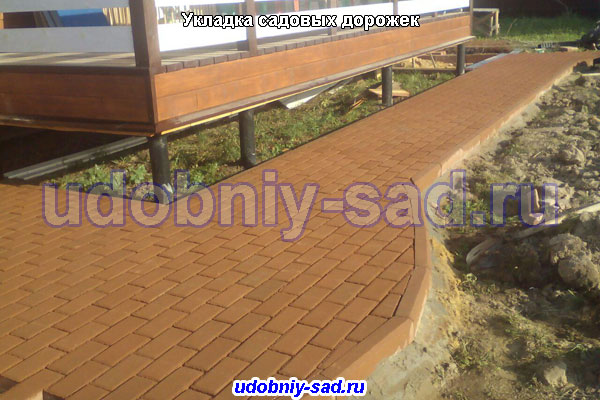 Укладка садовых дорожек брусчаткой на даче