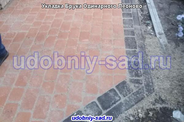 Укладка тротуарной плитки Брук Одинарный собственного производства на даче в деревне Леоново